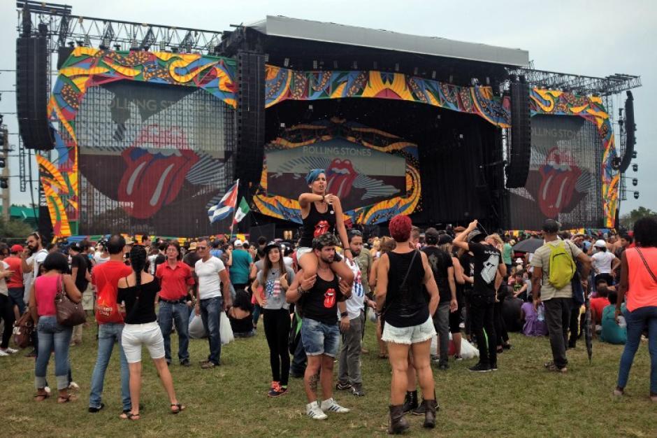Desde las horas de la tarde la gente empezó a llegar al lugar donde se realizará el concierto. (Foto: AFP)