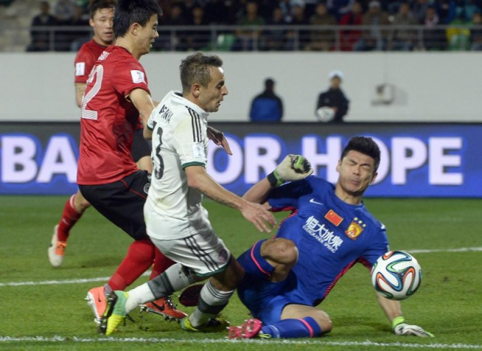 Mario Goetze del Bayern Munich anticipa al portero del Guangzhou en el Mundial de Clubes 2013. (AFP)
