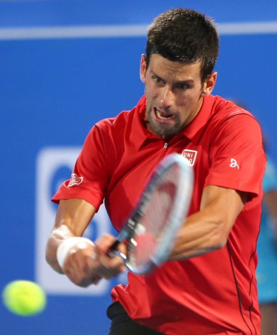Tanto Djokovic como Ferrer pusieron todo sobre la rápida superficie del Emirato y la entrada oficiosa de la temporada tenística tuvo un encuentro de mucha calidad. (AFP)