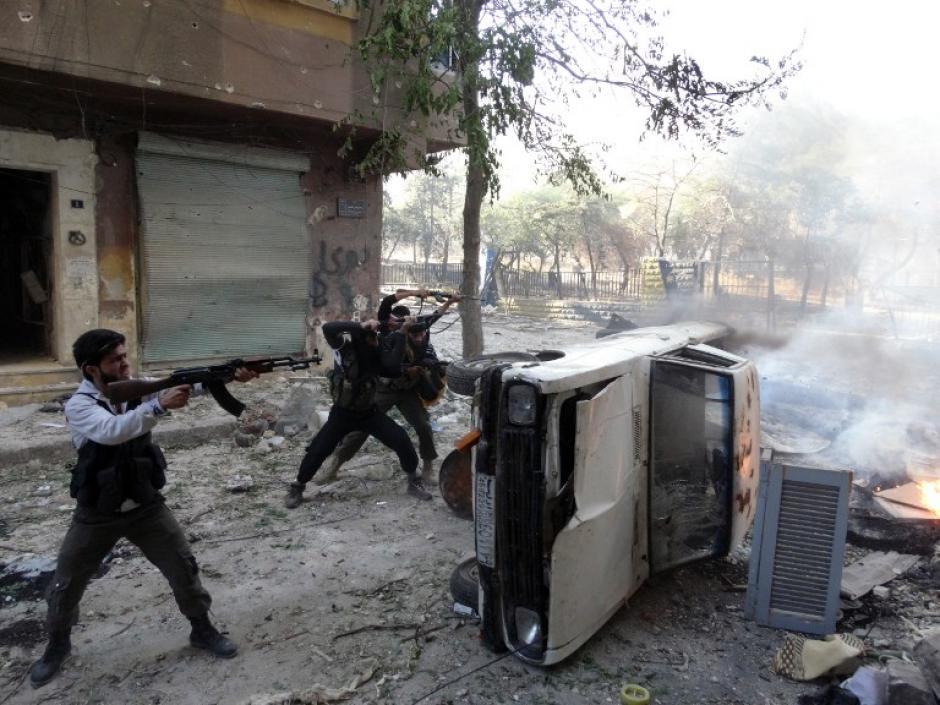 Combatientes de la oposición durante los enfrentamientos en el distrito de Saladino de la norteña ciudad siria de Aleppo el 9 de octubre de 2013. (Foto: (AFP/ Mahmud al-HALABI)