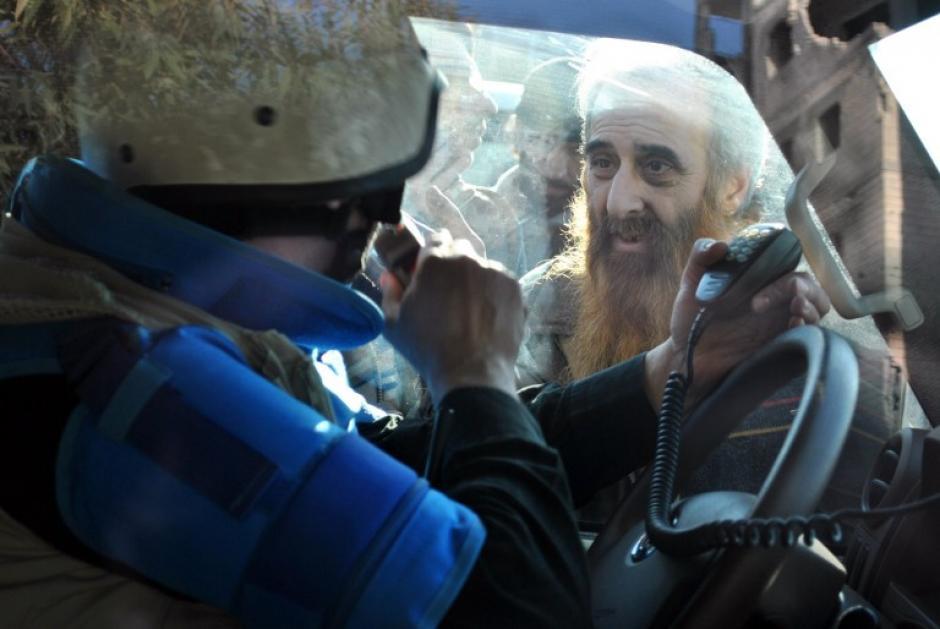 Una imagen tomada el 09 de febrero 2014 muestra a un hombre mirando a una furgoneta de las Naciones Unidas (ONU), antes de ser evacuado del distrito sitiado de la ciudad siria central de Homs a un lugar más seguro. (Foto:AFP/ BASSEL TAWIL)