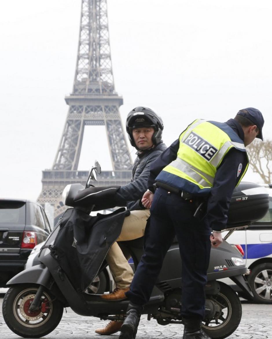 Las motos también tiene restricción de circular, una medida adoptada para evitar que siga en aumento la contaminación. (Foto:AFP)