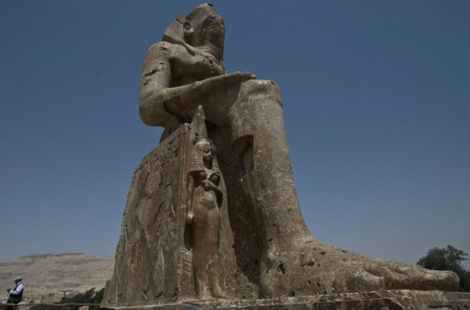 Una de las dos estatuas presentadas el domingo muestra al faraón Amenofis III sentado con las manos en las rodillas. Mide 11,5 metros y pesa 250 toneladas. (Foto: AFP)