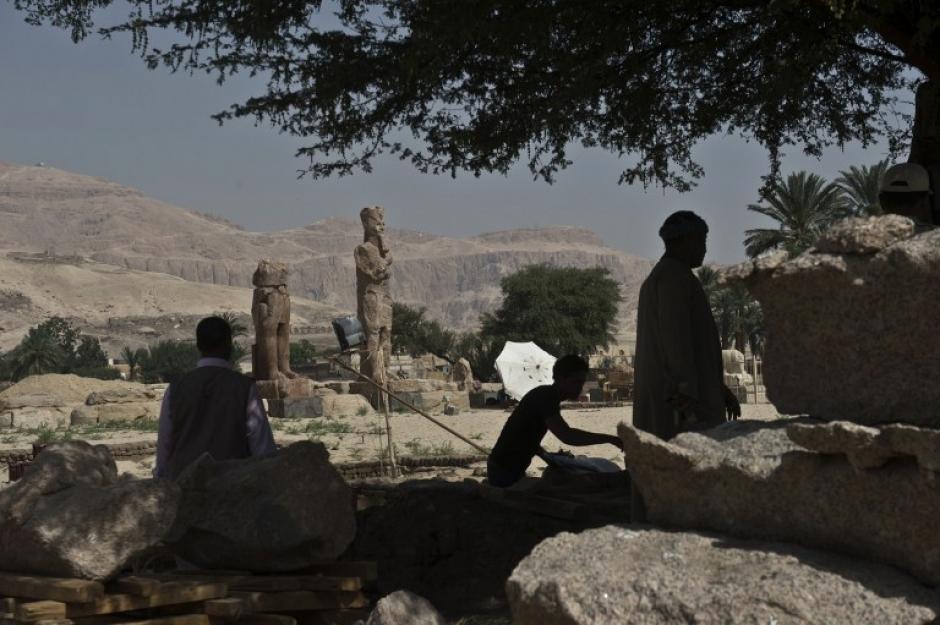 Panorámica del sitio en donde están las estatuas luego de ser encontradas en la ciudad de Luxor. (Foto: AFP)