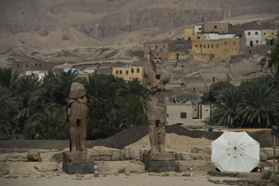 Arqueólogos presentaron este domingo dos enormes estatuas de Amenofis III, descubiertas en Luxor, donde ya se encuentran los dos colosos de Memnón, que representan a este faraón que reinó en Egipto durante más de 35 años. (Foto: AFP)