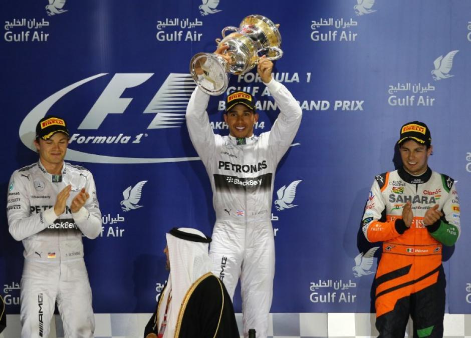 Hamilton (al centro), Rosberg (de blanco) y el mexicano Sergio Pérez, fueron los que subieron al podio tras la carrera en Baréin. (Foto: AFP)