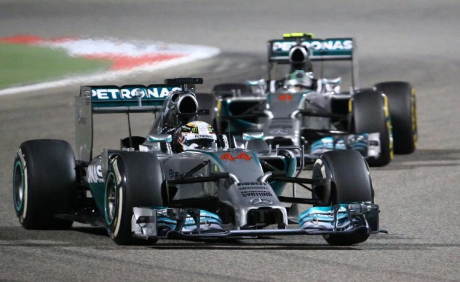 Lewis Hamilton y Nico Rosberg, ambos de la escudería Mercedes, hicieron el 1-2, respectivamente, en el Gran Premio de Baréin. (Foto: AFP)