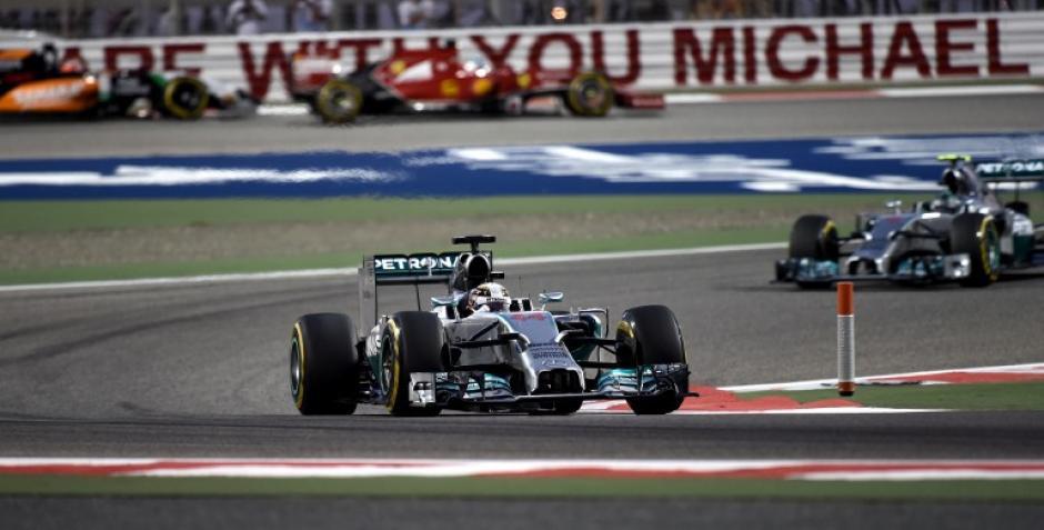 Mensajes de apoyo a el excampeón mundial de Fórmula Uno, Michael Schumacher, se pudieron ver en el circuito de Baréin. (Foto: AFP)