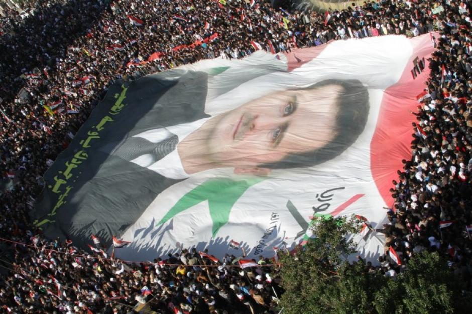 Un retrato gigante del presidente sirio, Bashar al-Assad es desplegado por miles de manifestantes sirios en la capital Damasco el 28 de noviembre de 2011. (Foto:AFP/ Louai BESHARA)