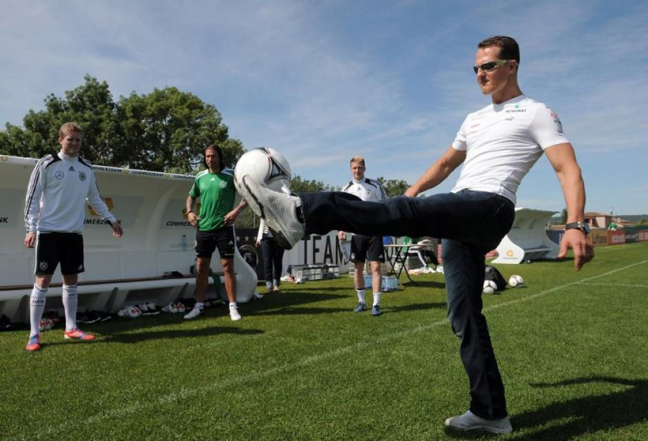 El alemán Michael Schumacher aparte de su pasión por el automovilismo, siempre amó el fútbol y cuando ha tenido la oportunidad de correr tras un balón, no la ha dejado escapar. (AFP)