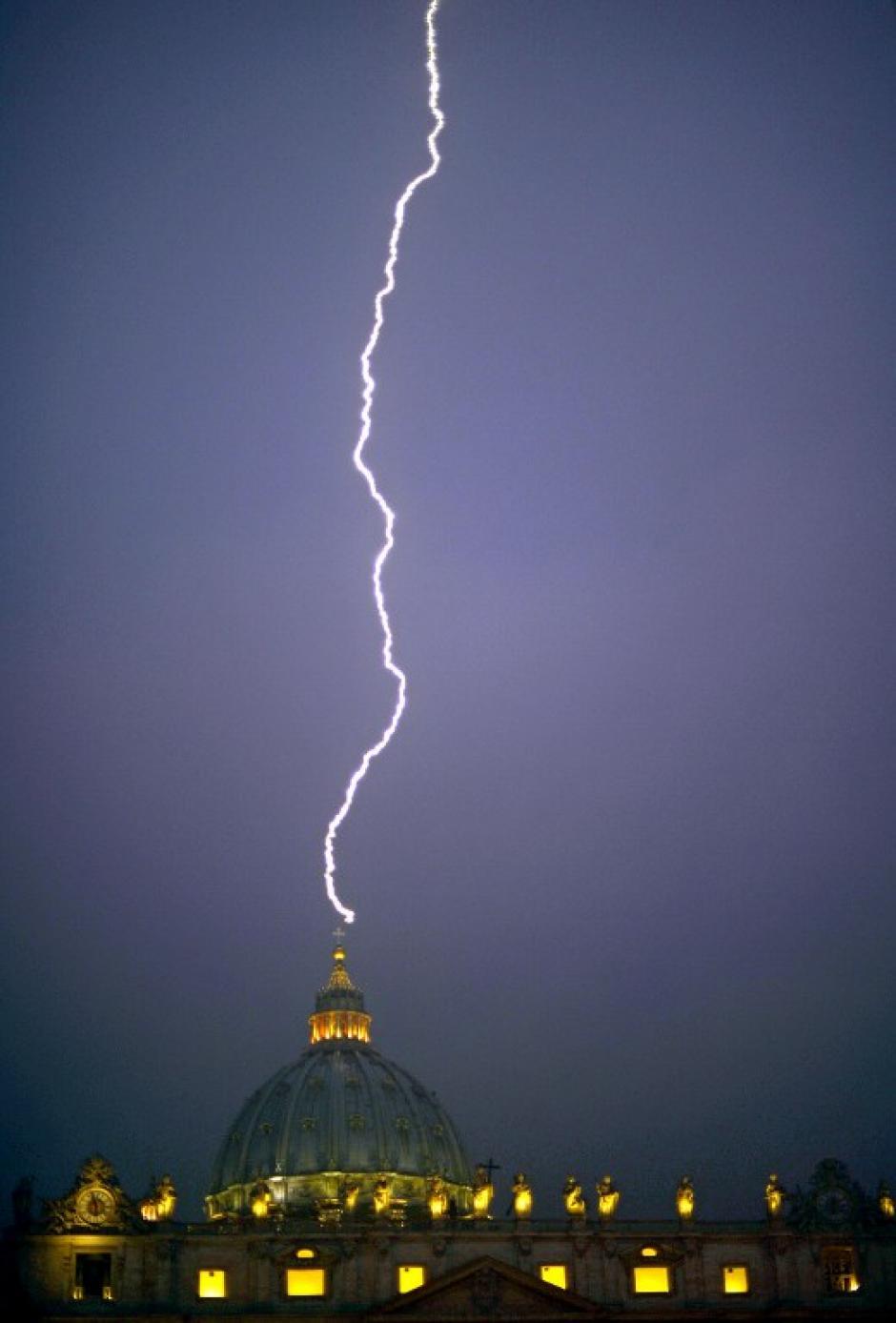 Un rayo cae sobre la cúpula de San Pedro en el Vaticano el 11 de febrero de 2013, el día que el Papa Benedicto XVI anunció que renunciaría como líder de los católicos del mundo. (Foto: AFP/FILIPPO MONTEFORTE)