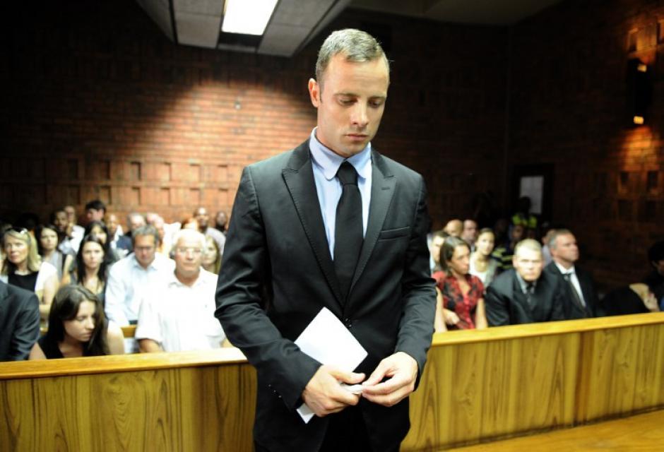 El velocista olímpico sudafricano Oscar Pistorius comparece el 20 de febrero de 2013 en la Corte de Justicia de Pretoria bajo la acusación de haber asesinado a su novia modelo Reeva Steenkamp el 14 de febrero, Día de San Valentín. AFP PHOTO / STEPHANE DE SAKUTIN