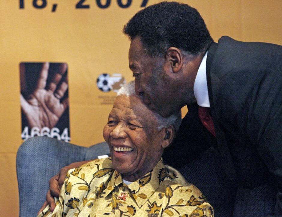 Nelson Mandela y Pelé. El sorteo mundialista inició con unhomenaje al Premio Nobel de la Paz sudáfricano. (AFP)
