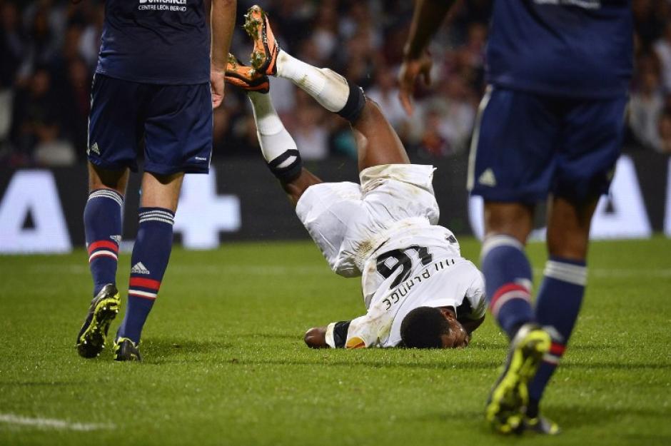 Nii Plange de Burkina Faso jugador del equipo portugues Vitoria Guimaraes, cae sobre cara durante un encuentro de la UEFA Europa League contra el Olympique Lyonnais de Francia. Este doloroso momento fue captado por el fotográfo Jeff Pachoud.
