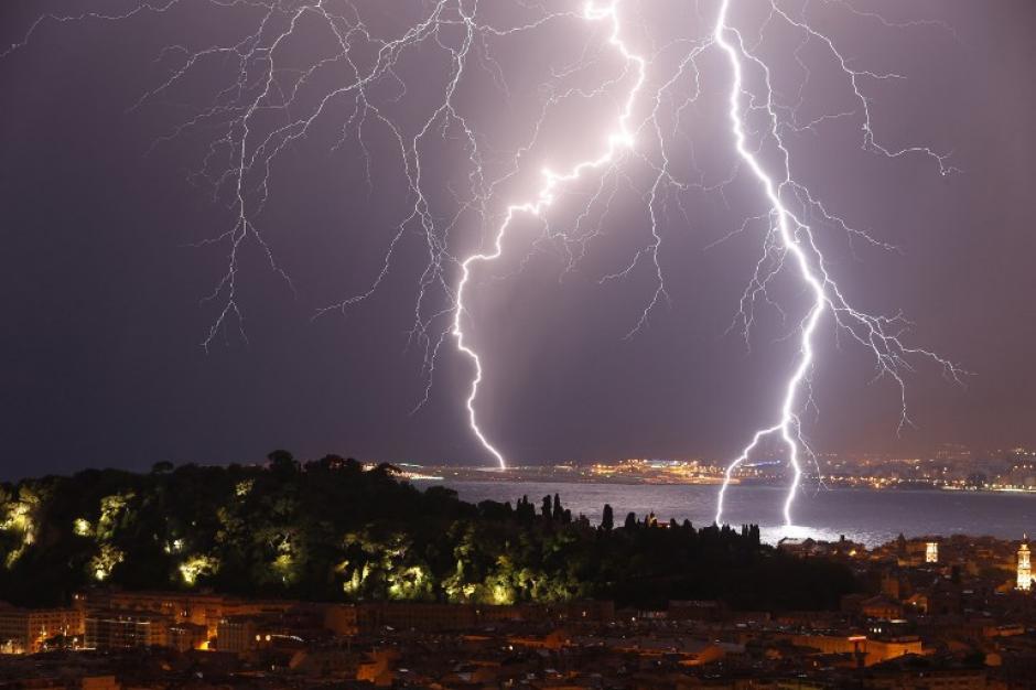Valery Hache captó el momento en que unos rayos se estrellan sobre Bale des Angues, en Niza, en el sureste de Francia.