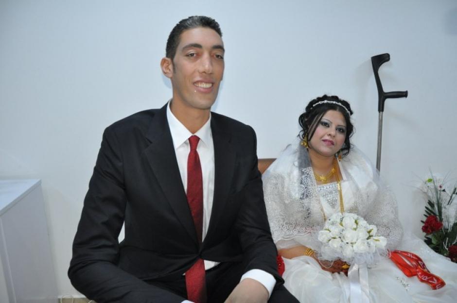 El hombre más alto del mundo, Sultan Kosen, y su esposa, posan en Mardin durante su ceremonia de boda. Sultan Kosen mide ocho pies y tres pulgadas (2.51 metros) de altura.