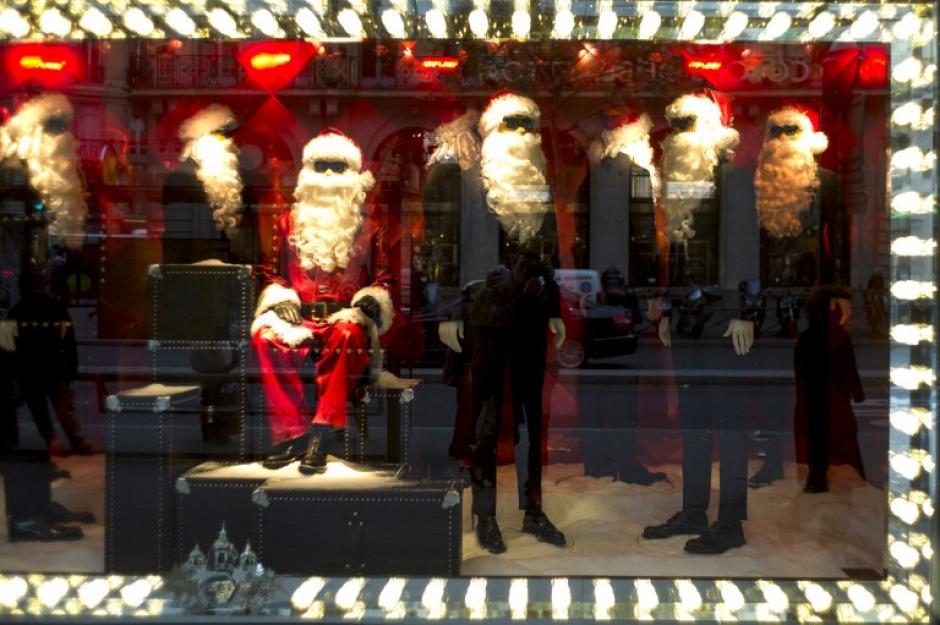 En las vitrinas de la capital de la moda París, Francia los atuendos de ropa ya tienen un tono navideño, en la foto del día 28 de noviembre. /Fred Dufour/AFP)