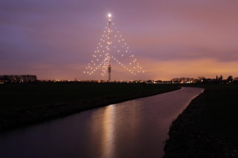 La torre Gerbrandy es vista en el crepúsculo cerca de Jsselstein. Durante la temporada de Navidad las luces se ponen en las torres de radio y TV para crear el mayor árbol de Navidad de los Países Bajos. (Foto: AFP)