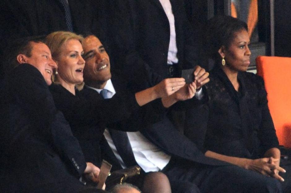 El presidente Barack Obama (R) y el primer ministro británico, David Cameron posan para una foto selfie con la primer ministro de Dinamarca Helle Thorning Schmidt, durante los funerales del líder Nelson Mandela. La primera dama Michelle Obama observa la ceremonia a un lado. (Foto:AFP/ ROBERTO SCHMIDT)