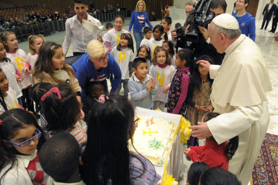 Los primeros en festejar al Papa Francisco fueron un grupo de niños del dispensario Santa Marta que este domingo le llevaron un pastel de cumpleaños. Foto AFP