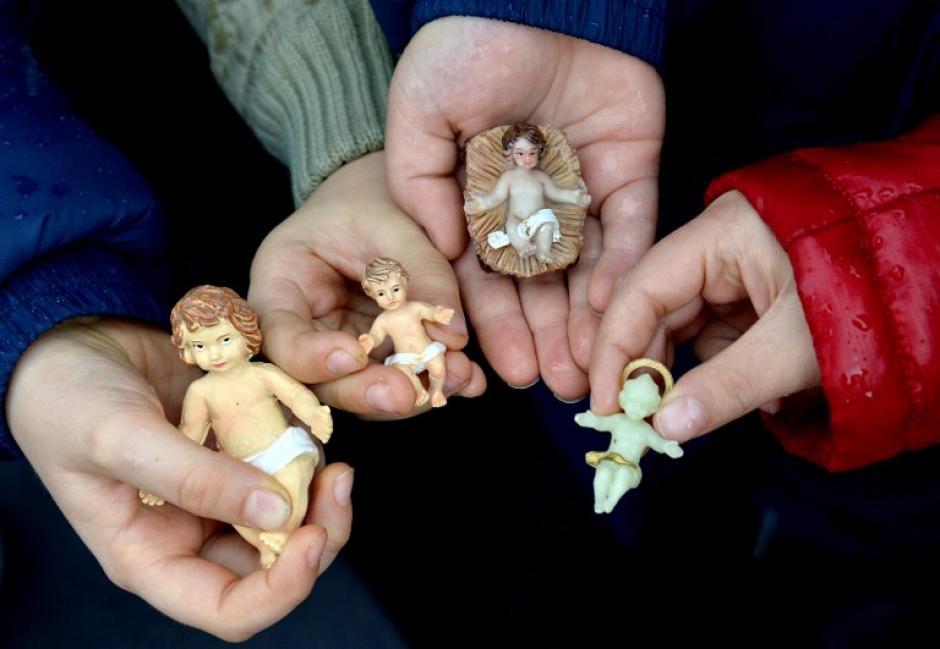 """Durante el rezo del Angelus, el Papa Francisco bendijo figuras del """"niño Jesús"""". Foto AFP"""