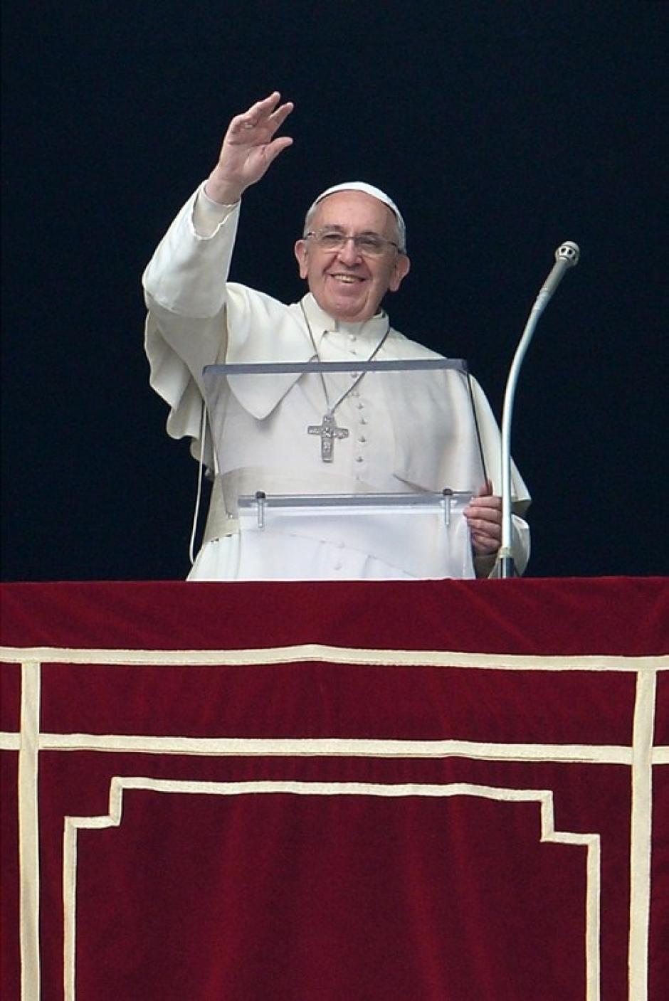 Después de la reunión con los niños del dispensario, el Papa Francisco salió a rezar el Angelus como usualmente lo hace cada domingo. Foto AFP