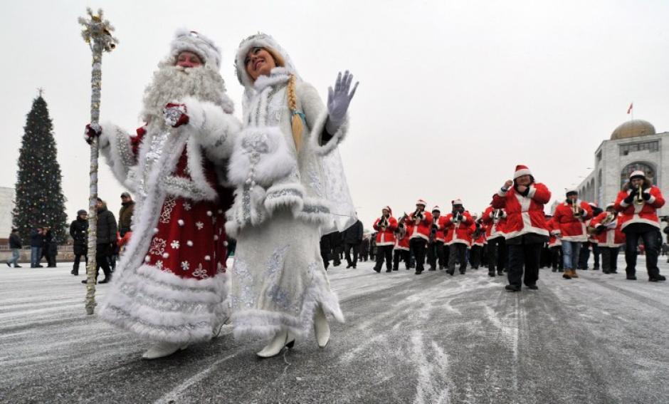 """En Kirguistán se celebró la llegada del 2014 por medio de la tradición del """"Abuelo Frost"""". (Foto: Vyacheslav Oseledko/AFP)"""