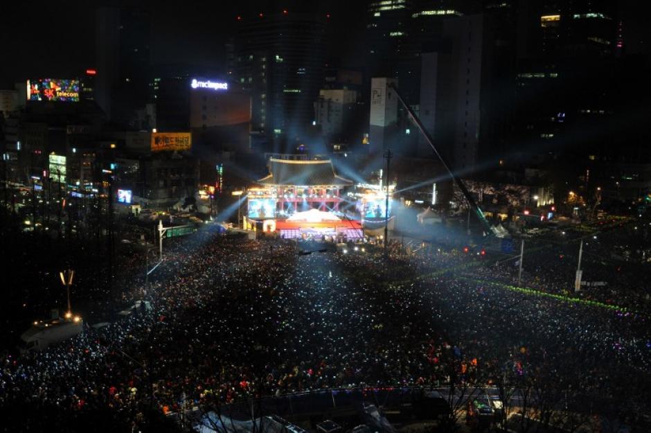 Miles de personas asistieron al Bosingak Pavillion que fue el escenario para que Corea del Sur recibiera el 2014. Foto AFP