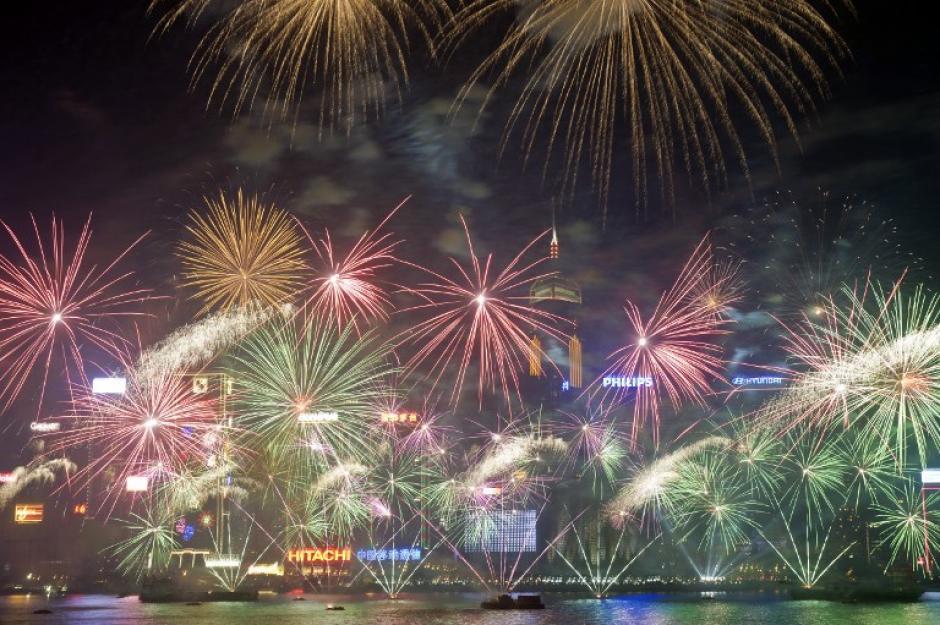Este fue el show de luces sobre Victoria Harbour en Hong Kong para recibir al 2014. Foto AFP