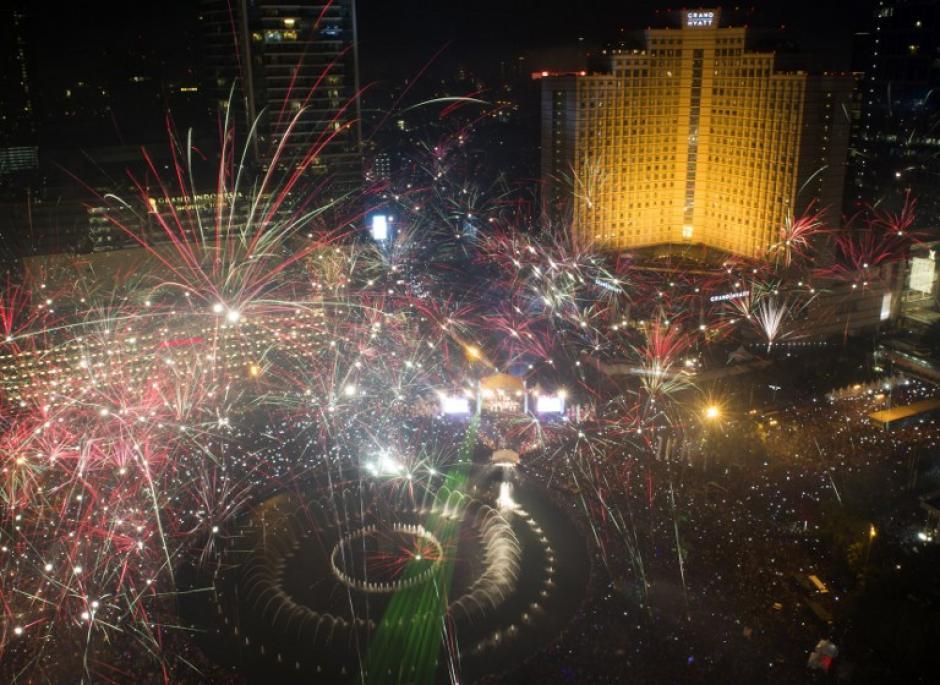 Así se vieron los juegos artificiales en Jakarta, Indonesia. La celebración fue sobre la plaza del Hotel Indonesia Roundabout. Foto AFP