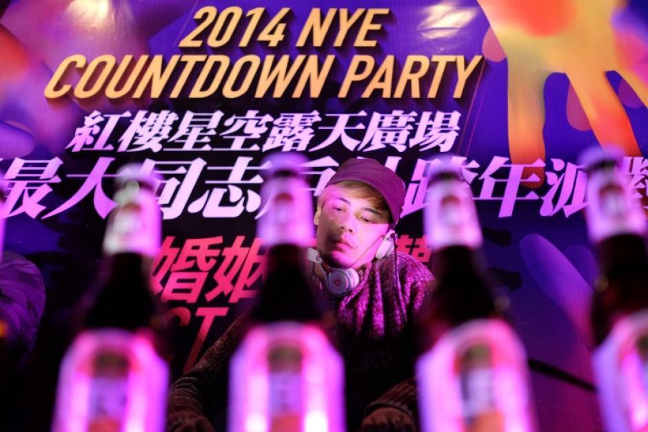Un DJ ameniza la fiesta gay durante la celebración para recibir el 2014. Cientos de parejas del mismo sexo se dieron cita para participar en la cuenta final del nuevo año. Foto AFP