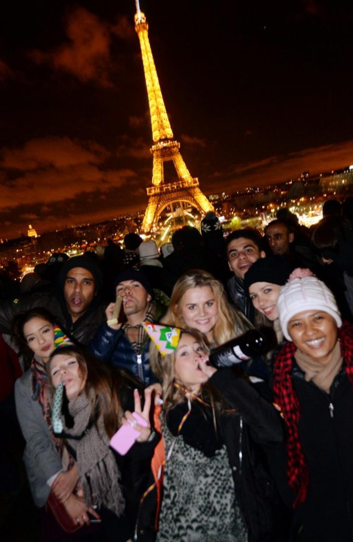 Los parisinos también disfrutaron de la llegada del nuevo año a lo grande, con el fondo impresionante de la Torre Eiffel. Foto AFP