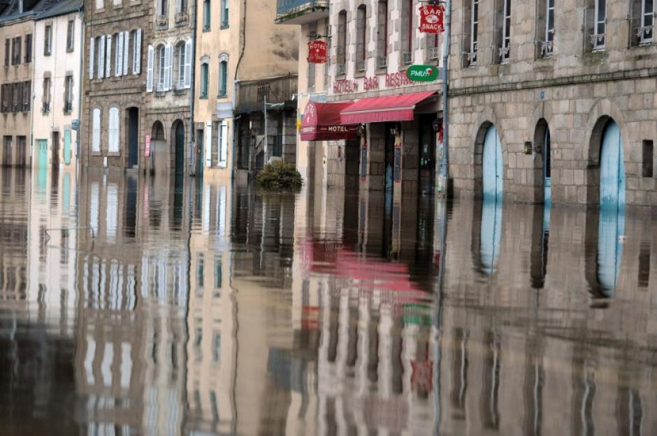 Una imagen muestra el centro de Quimperlé, en el oeste de Francia, inundado por el río de Laita. AFP PHOTO / FRED TANNEAU