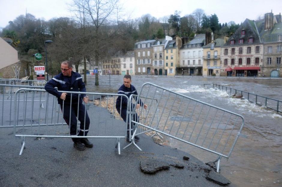 Los bomberos trabajan en el centro de Quimperlé, en el oeste de Francia, inundado por el río de Laita.AFP PHOTO / FRED TANNEAU