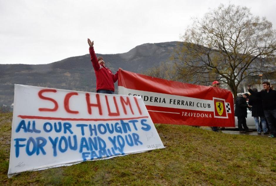 Los seguidores de Schumacher con mensajes de solidaridad y buenos deseos para su pronta recuperación, en las afueras del hospital Grenoble. Foto AFP