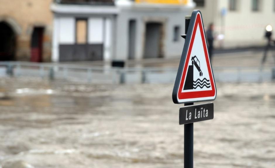 Una imagen muestra una señal del terraplén inundada del río Laita en Quimperle, oeste de Francia. AFP PHOTO / FRED TANNEAU
