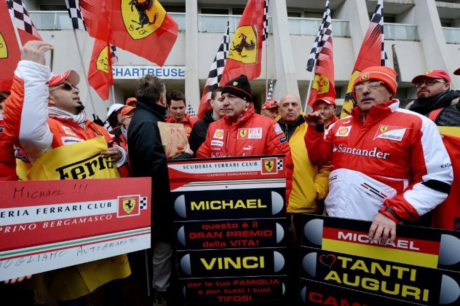 Frente al hospital Grenoble de Francia, fans de Schumacher y de la escudería Ferrari llegaron a desearle una pronta recuperación este viernes día de su cumpleaños. Foto AFP