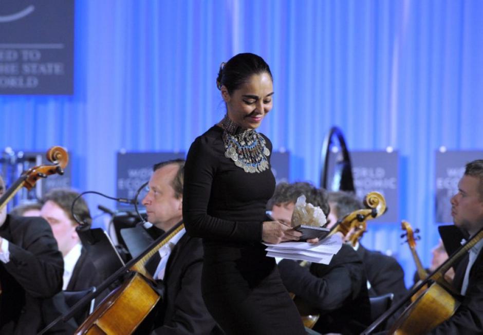 """La artista plática iraní Shirin Neshat también fue galardonada con el premio """"Cristal"""". En su alocución se disculpó porque afirmó que los artistas no pueden hablar públicamente en su país. """"No tengo costumbre de hacer esto"""" expresó. Foto AFP"""