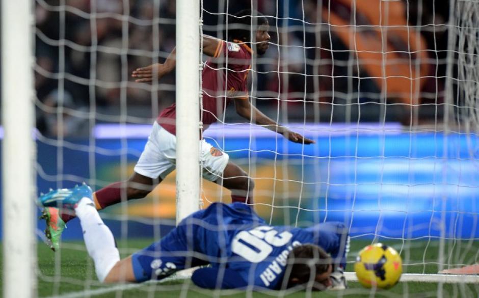 Kouassi Gervais Yao Gervinho de la Roma empieza el festejo, en el duelo contra la Juventus por la Copa Italia. (AFP)