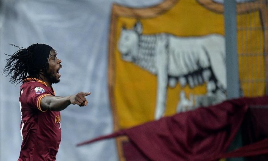 El futbolista de la Roma, Kouassi Gervais Yao Gervinh, comienza el festejo, tras anotar el gol del triunfo de su equipo sobre la Juventus. (AFP)