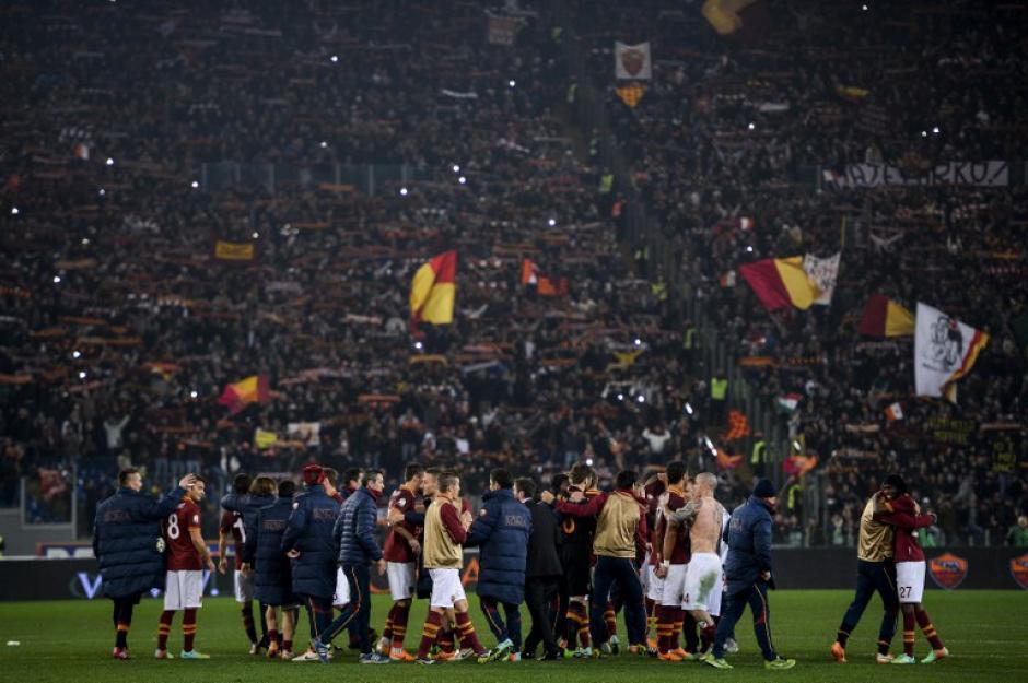 Los jugadores de la Roma se felicitan, tras conseguir el triunfo sobre la Juventus por la Copa Italia. 8AFP)