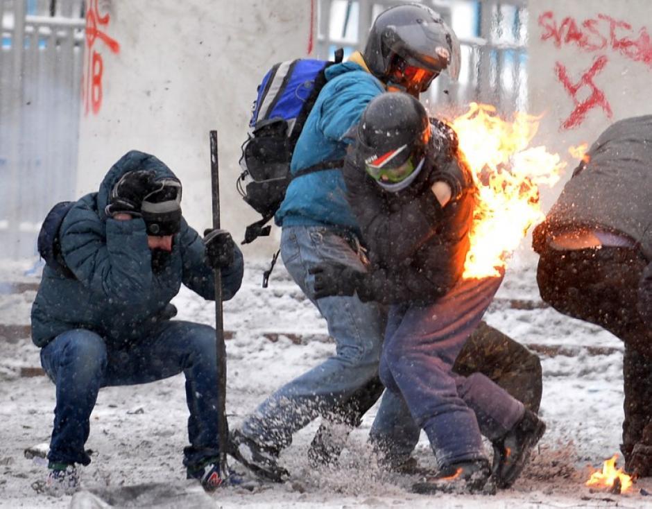 Manifestantes en Kiev, Ucrania se enfrentan a la Policía. En la foto, uno de los manifestantes se enfrenta a las fuerzas de seguridad. La impactante imagen del 22 de enero fue tomada por el fotógrafo de AFP Sergei Supinsky.