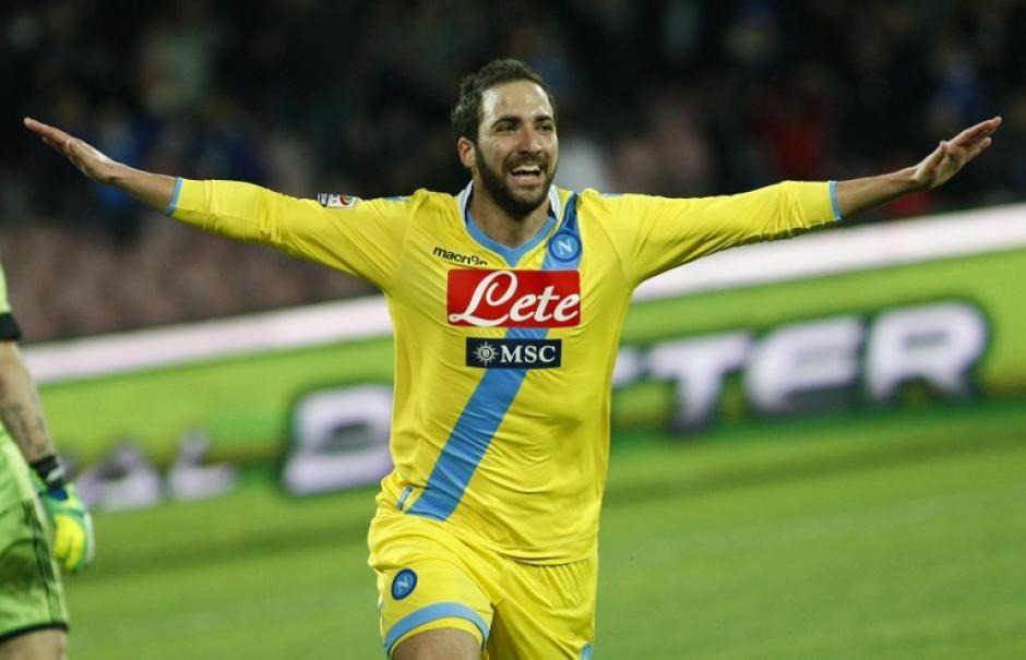 Higuaín anotó un doblete en la remontada del Nápoles que finalizó con una victoria por 3-1 ante el AC Milan