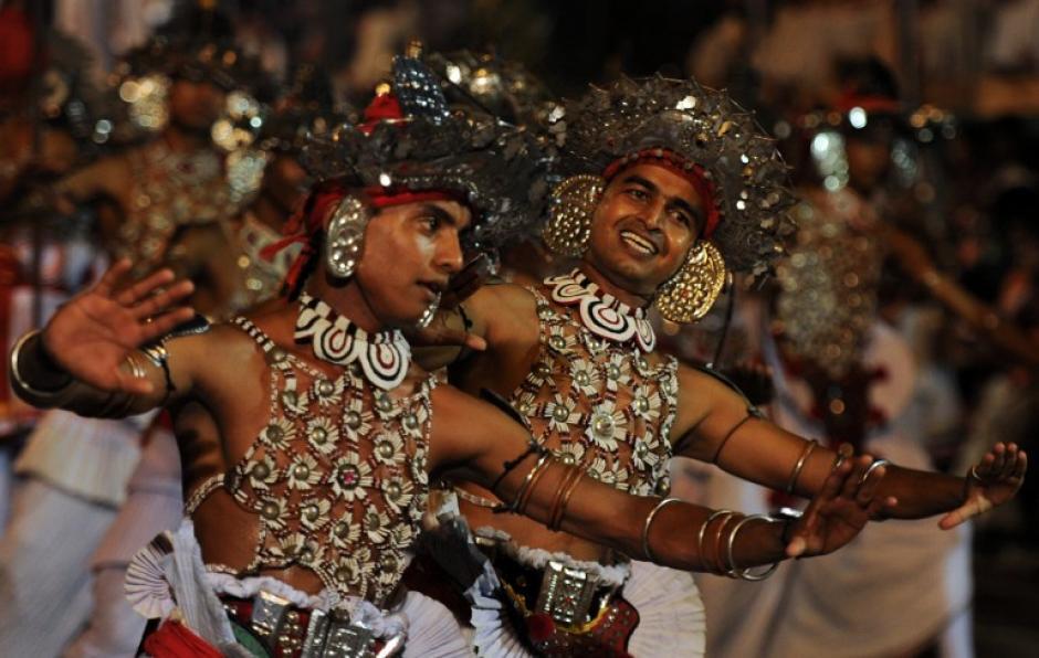 Bailarines tradicionales de Sri Lanka, sureste de Asia, durante su presentación en el festival anual de Nawam Perahera en Colombo. Los desfiles y danzas se hace en honor a las fiestas budistas. Foto AFP