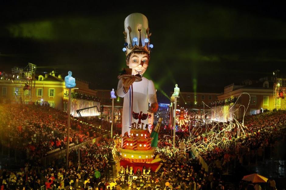 """Una carroza que se observa en el Carnaval de Niza el 15 de febrero de 2014 en Niza, sureste de Francia. La festividad se realiza a partir del 14 de febrero al 4 de marzo de 2014. Este año se celebra el """"Rey de la Gastronomía"""". AFP PHOTO / VALERY HACHE"""