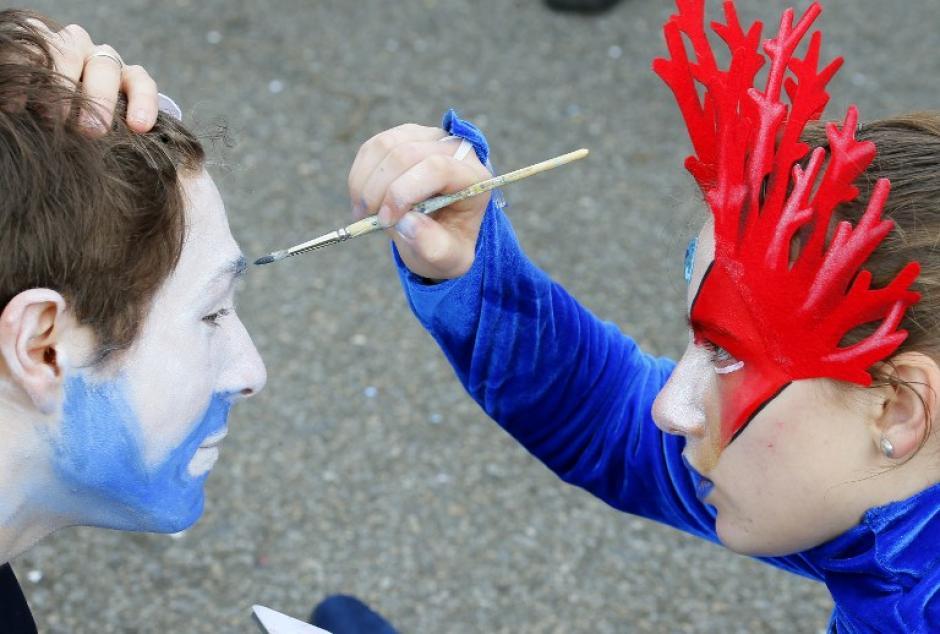 Personas se maquillan antes de participar en el carnaval de Viareggio, Italia, el 16 de febrero de 2014. (Foto: AFP / FABIO MUZZI)