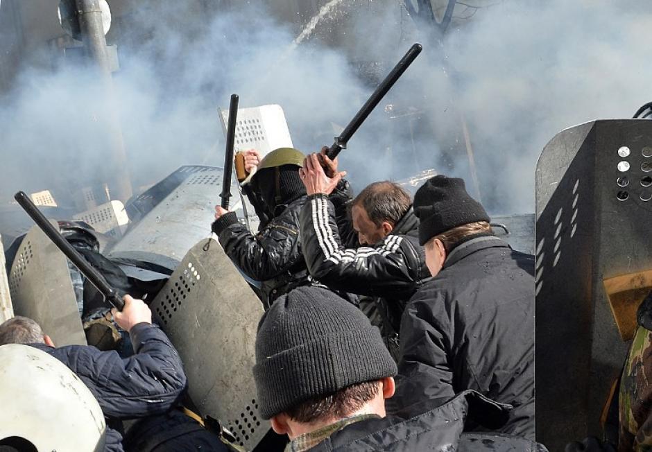 Los choques empezaron en la calle Grushevki cuando la policía intentó impedir el paso de una marcha multitudinaria convocada por la oposición para demandar que se restituya la Constitución de 2004. Foto AFP