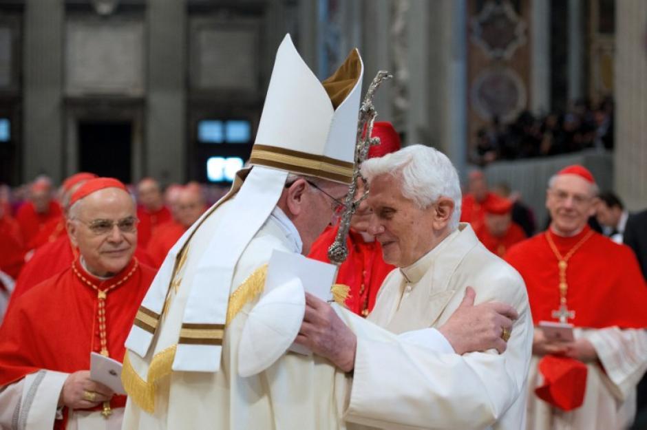 Esta es la primera vez en la historia que dos sumos pontífices de la iglesia católica se encuentran en un acto público. (Foto: AFP)