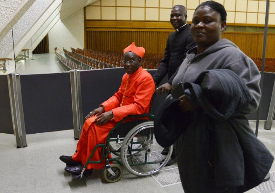 El cardenal Jean-Pierra Kutwa de la Costa Ivory, sonríe durante su llegada en silla de ruedas