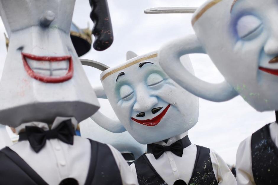 """No sólo Brasil celebra el carnaval. Esta fiesta también es popular en varios países de Europa. La fotografía corresponde al Desfile de Carrozas del Carnaval de Niza en Francia. El tema para este 2014 fue """"El rey de la cocina"""" por lo que todos los participantes tuvieron que disfrazarse con características propios de la gastronomía. (Foto: AFP)"""